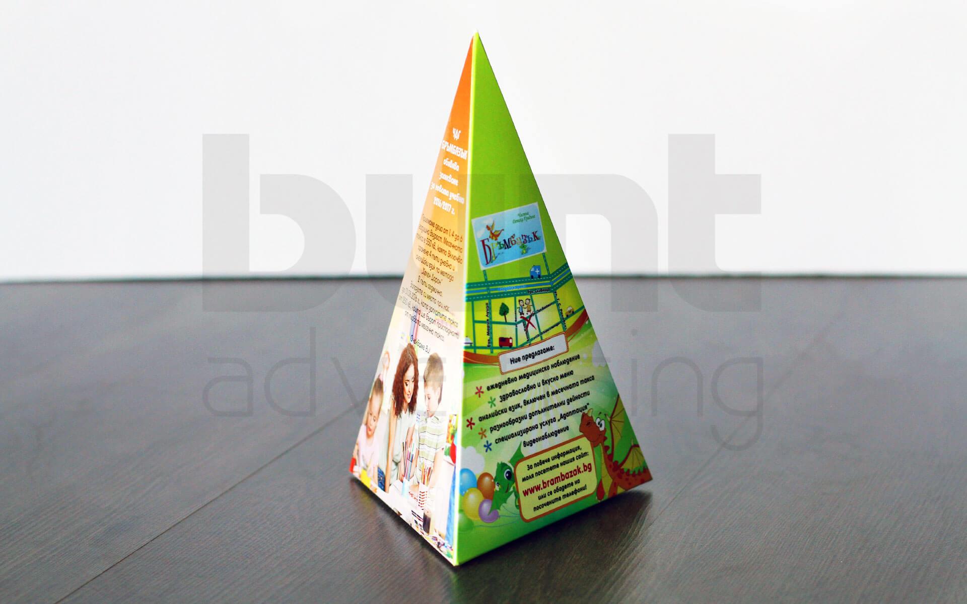 Тристранна пирамидка за заведение или ресторант, изработена от висококачествена хромова хартия.