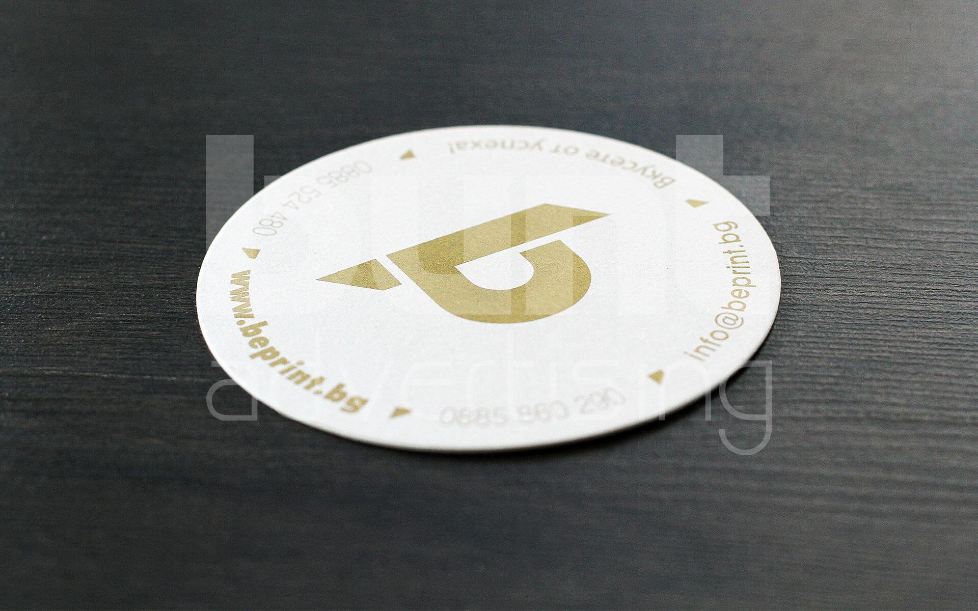 Подложка за чаша със златен печат.